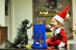 """美摄影师拍摄""""精灵""""儿子为圣诞添彩"""