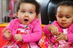 罕见!英首对肤色不同双胞胎 眼睛颜色也不同